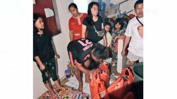Mili, Anggota DPRD DKI dari PSI Bantu Korban Banjir